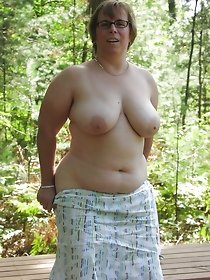 Mature lady with big boobs posing solo outdoor